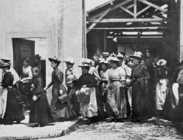 Lumières La Sortie de l'Usine Lumière à Lyon 1895