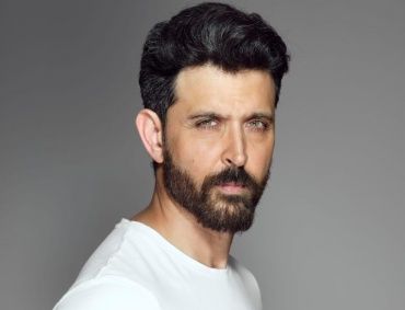 hrithik roshan donates 20 lakhs rupees to cine and tv artist association for fight against covid-19